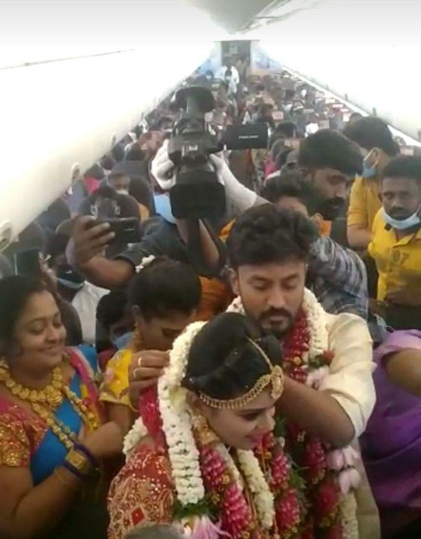 هربا من كورونا والفطريات الملونة بالأرض.. هنديان يستأجران طائرة للزواج فوق السحاب : صحافة الجديد منوعات