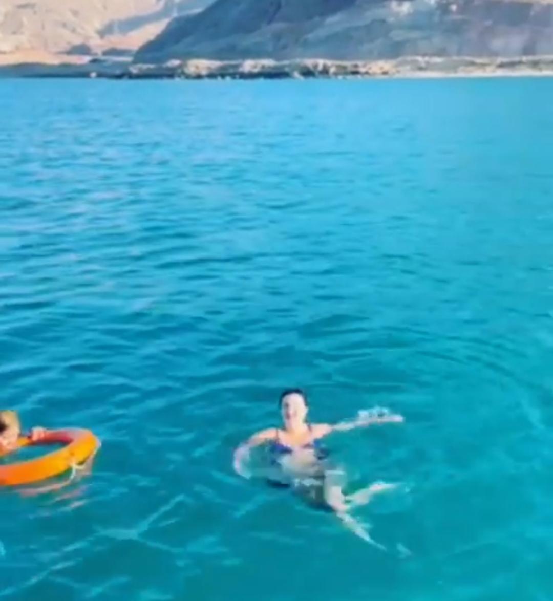 صوفينار جننت الشباب بالمايوه البكيني في البحر - إتفرج