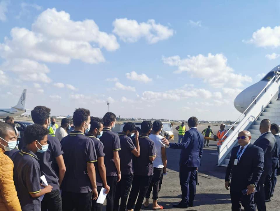 السفارة المصرية في طرابلس تعيد 53 شابا مصريا من ليبيا