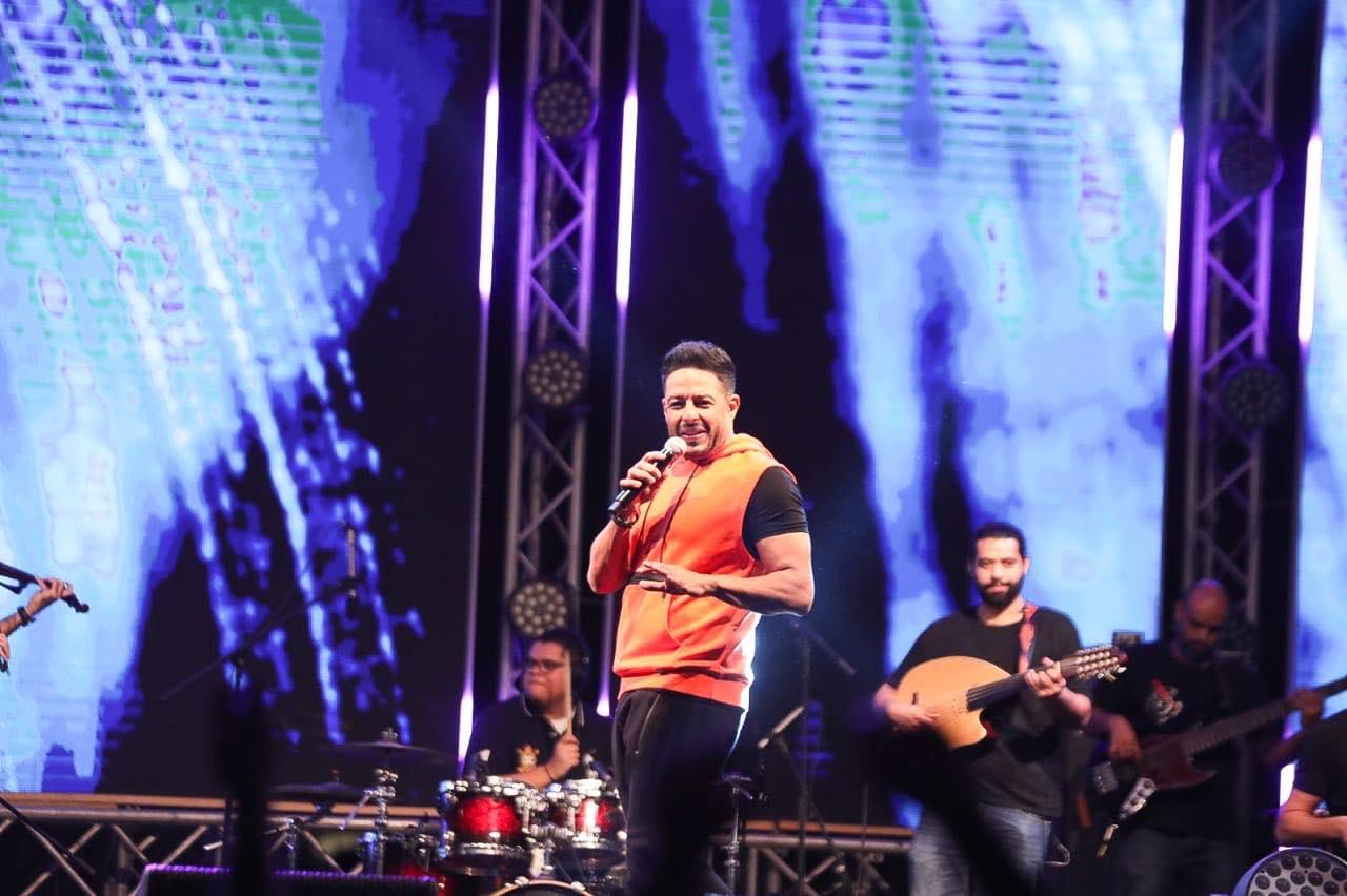 بالصور .. حماقي يشعل حفله بمدينة دبي العالمية - إتفرج