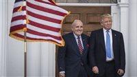 صورة ترامب يرفض إنقاذ محاميه وصديقه رودي جولياني من السجن في قضية التشهير