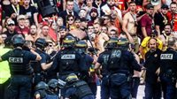 للمرة الثانية خلال الموسم.. الجماهير تقتحم ملعب مباراة لانس وليل | والشرطة الفرنسية تتدخل